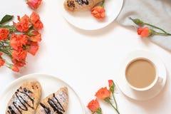 Vers gebakken chocoladecroissants en kop van koffie op witte lijst Hoogste mening De vrouwelijke ruimte van het ontbijtexemplaar royalty-vrije stock afbeelding