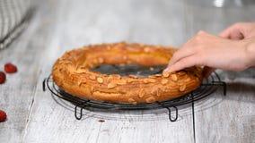 Vers gebakken choux gebakjecake Het maken van de eigengemaakte cake Parijs Brest van het chouxgebakje met frambozen stock footage