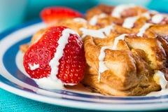 Vers gebakken continentaal ontbijt stock foto