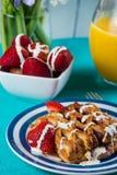 Vers gebakken continentaal ontbijt stock foto's