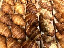 Vers gebakken croissant op een showcase bij de bakkerij royalty-vrije stock afbeeldingen