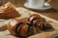 Vers gebakken croissants en een kop thee royalty-vrije stock foto's