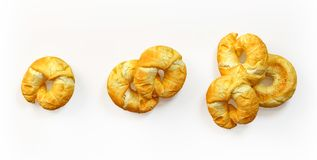Vers gebakken croissants geplaatst geïsoleerd Stock Foto's