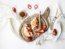 Vers gebakken croissants met aardbeien, mascarpone en honing Royalty-vrije Stock Afbeeldingen
