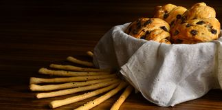 Vers Gebakken Croissants met Chocoladeschilfers stock fotografie