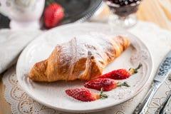 Vers gebakken croissants op grijze houten lijst, hoogste mening royalty-vrije stock afbeelding
