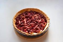 Vers gebakken die pastei met gesneden appelen en kersen wordt gevuld stock afbeelding
