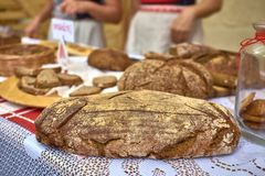 Vers gebakken eigengemaakt traditioneel artisanaal bruin brood Sluit omhoog royalty-vrije stock fotografie