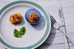 Vers gebakken eigengemaakt whit van muffinaardappels bacon en basilicum royalty-vrije stock fotografie
