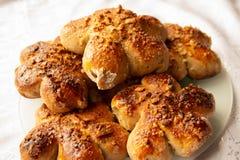 Vers gebakken eigengemaakte broodjes met nootbovenste laagje Cacaodeeg Smakelijke, smakelijke eigengemaakte cakes op een witte ac royalty-vrije stock afbeeldingen