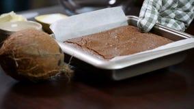 Vers gebakken eigengemaakte chocolade brownies stock video