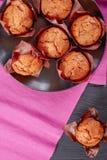 Vers gebakken eigengemaakte muffins op een plaat Royalty-vrije Stock Afbeelding