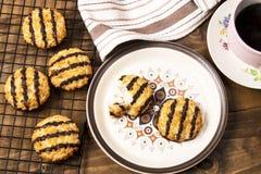 Vers gebakken en warme kokosnotenmakarons op een plaat stock foto