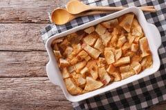 Vers-gebakken Engelse broodpudding in baksel horizontale hoogste mening stock foto