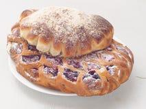 Vers gebakken geassorteerde gebakjes Eigengemaakte broodjes op witte plaat Selectieve nadruk op de voorzijde stock afbeeldingen