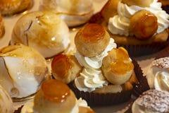 Vers gebakken gevulde zoete gebakjes de Oranje Sukade van Lactee en van de Koepel met binnen vruchten in traditinal Franse bakker royalty-vrije stock afbeelding
