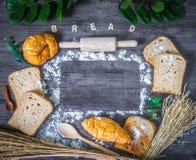 Vers gebakken heerlijk brood en croissant op een houten worktop stock afbeelding