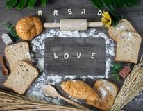 Vers gebakken heerlijk brood en croissant op een houten worktop royalty-vrije stock afbeelding