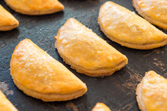 Vers gebakken koekjes met gestremde melk op een pan Royalty-vrije Stock Foto's