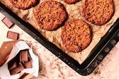 Vers gebakken koekjes op dienblad Stock Foto's