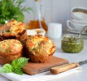 Vers gebakken muffins met spinazie, bataten en feta-kaas op witte achtergrond Gezond voedselconcept Smakelijk Gebakje royalty-vrije stock afbeelding