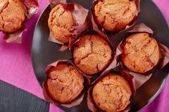 Vers gebakken muffins op een plaat Royalty-vrije Stock Afbeeldingen