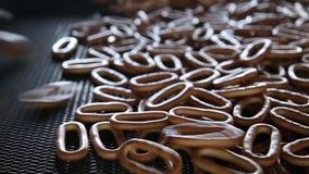 Vers gebakken ongezuurde broodjesbewegingen op productielijn stock video
