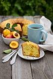 Vers gebakken perzikcake met thee Royalty-vrije Stock Afbeeldingen