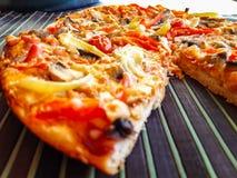 Vers gebakken pizza met ham stock fotografie