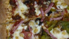 Vers gebakken plakken van Italiaanse Pizza stock videobeelden