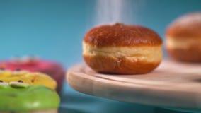 Vers gebakken roombroodjes die worden bestrooid stock footage