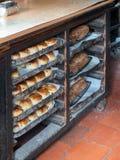 Vers gebakken scones en brood bij St Fagans Nationaal Museum van Geschiedenis in Cardiff op 27 April, 2019 royalty-vrije stock afbeeldingen
