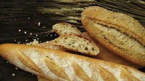 Vers gebakken traditioneel brood stock video