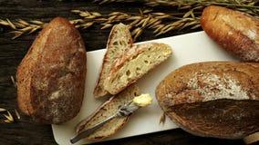 Vers gebakken traditioneel brood stock videobeelden