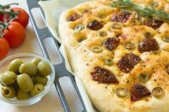 Vers gebakken traditioneel Italiaans focacciabrood met groene olijven en in de zon gedroogde tomaten Royalty-vrije Stock Fotografie