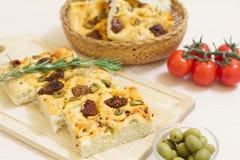 Vers gebakken traditioneel Italiaans focacciabrood met groene olijven en in de zon gedroogde tomaten Stock Foto