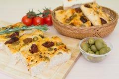 Vers gebakken traditioneel Italiaans focacciabrood met groene olijven en in de zon gedroogde tomaten Royalty-vrije Stock Afbeeldingen