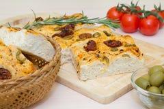 Vers gebakken traditioneel Italiaans focacciabrood met groene olijven en in de zon gedroogde tomaten Royalty-vrije Stock Foto