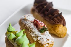 Vers gebakken traditionele zoete gebakjes met chocolade stock foto