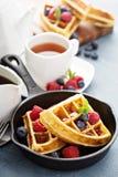 Vers gebakken wafels met bessen voor ontbijt stock fotografie