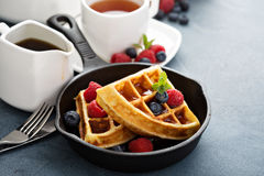 Vers gebakken wafels met bessen voor ontbijt stock foto's