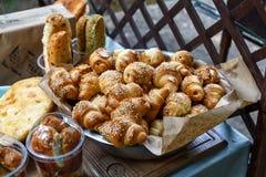 Vers gebakken zoete broodjes of broodjes bij de markt royalty-vrije stock afbeeldingen