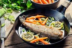 Vers gebraden vissen met prei en wortel stock foto's