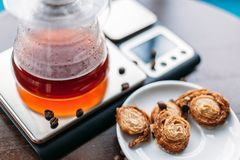 Vers gebrouwen filterkoffie op schalen met koekjes stock afbeelding