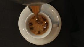 Vers gebrouwen koffie in de espresso witte kop Hoogste mening stock footage