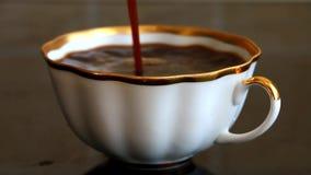 Vers gebrouwen koffie die in de kop wordt gegoten stock footage