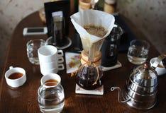 Vers gebrouwen koffie in een glaskruik op de achtergrond van koffietoebehoren royalty-vrije stock fotografie