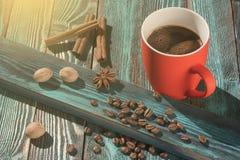 Vers gebrouwen koffie in een rode kop en kruiden stock afbeeldingen