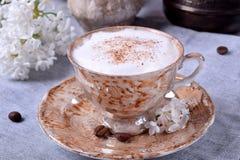 Vers gebrouwen koffie met een melkachtig schuim royalty-vrije stock afbeeldingen