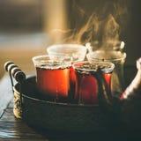 Vers gebrouwen zwarte thee in Turkse glazen, vierkant gewas Royalty-vrije Stock Afbeelding